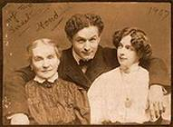photo of Harry Houdini with his wife and mother
